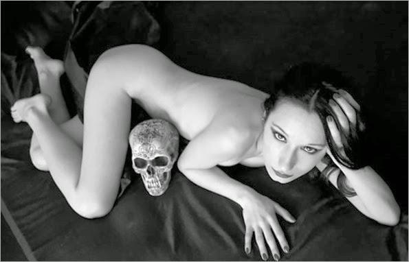 Sou_DeSade__kiss_the_skull_4_by_DevillePhotography