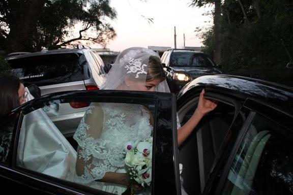 Noiva de Marcelo Serrado, Roberta Fernandes entrando no carro para ir até a igreja.