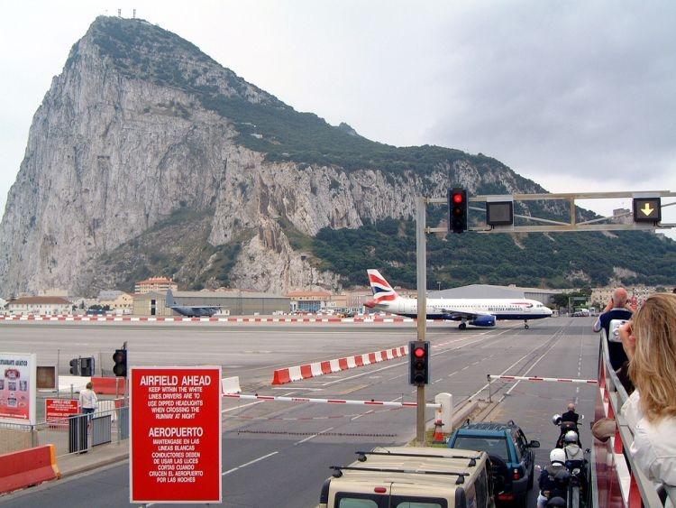اغرب مطار العالم مدرجه يتقاطع gibraltar-airport-11