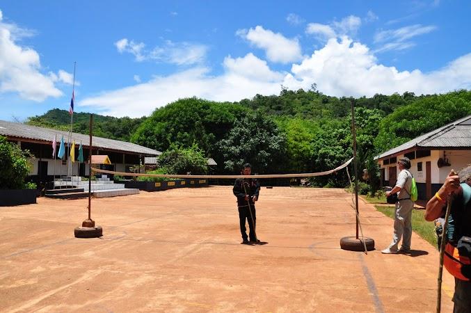 Imagini Thailanda: Curtea scolii din satul Huay Kee Lek si ghidul nostru din sat, tribul Akha, Thailanda