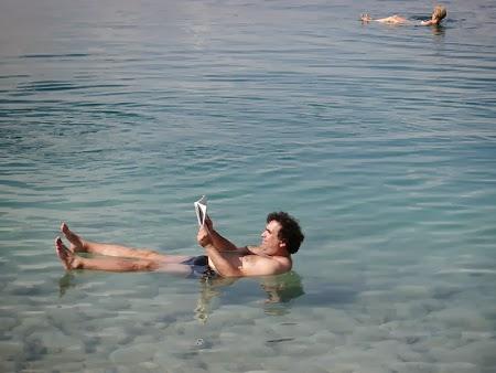 07. Plutind cu ziarul in mana pe Marea Moarta.JPG