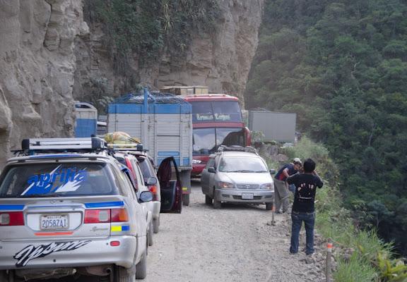 """""""Bouchon"""" sur la """"route de la mort"""" entre Caranavi et La Paz (Yungas, Bolivie), 5 novembre 2012. Photo : C. Basset"""