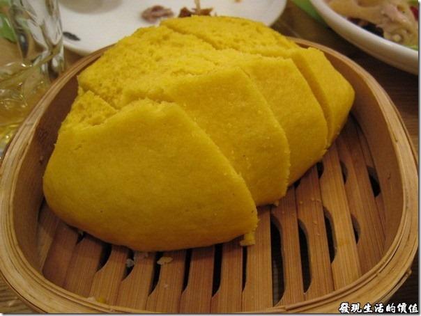 上海-西貝攸面村。玉米窩窩,在中國的西北,據說有錢的人家吃「莜面窩窩」,而沒錢的就吃這種玉米窩窩,就是把玉米模成粉作成像饅頭一樣的東西,填飽肚子用的啦!