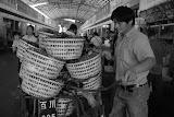 Shanghai - Marché poisson - L'homme et son chargement de crustacés