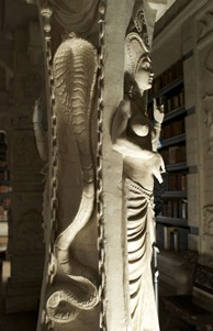 Una columna de, tal vez, la Biblioteca Caster