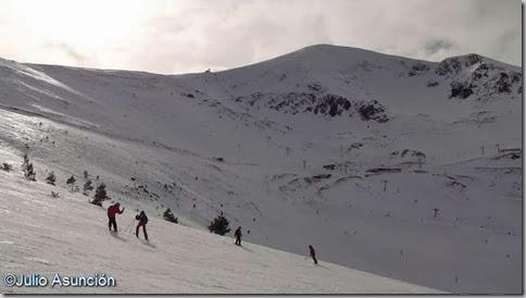Esquiadores y al fondo el monte San Lorenzo - La Rioja