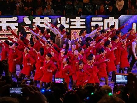 Parada Anul Nou Chinezesc: Stewardeze dansand