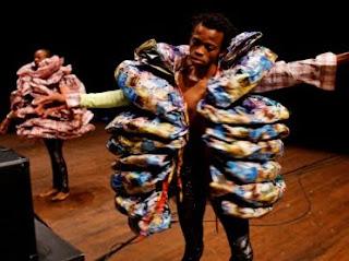 """Une scène du spectacle """"More more more plus"""" du chorégraphe congolais Faustin Linyekula"""