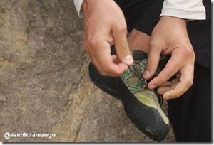 Colocando as sapatilhas de escalada