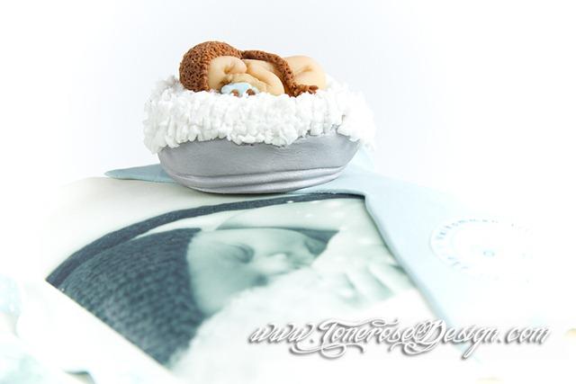 Modelert marsipanpynt baby modeler etter nyfødtbildene