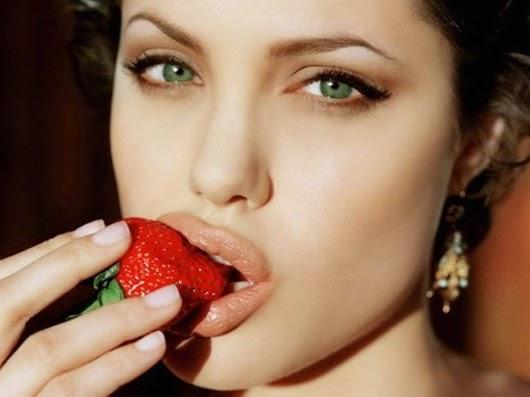 Анджелина-Джоли-есть-клубнику