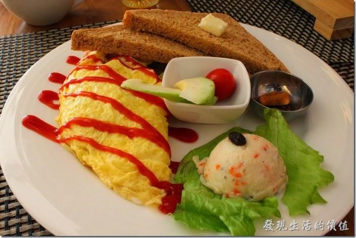台南-bRidge 橋上看書-早午餐。這是【田園蛋捲】的主菜,NT$180。使用兩顆蛋作成的捲蛋,裏頭有洋蔥、蘑菇、青椒、起司與培根。一片對切的全麥土司,有兩小片芭樂一顆聖女番茄,一球薯泥,兩小片的手工餅乾。
