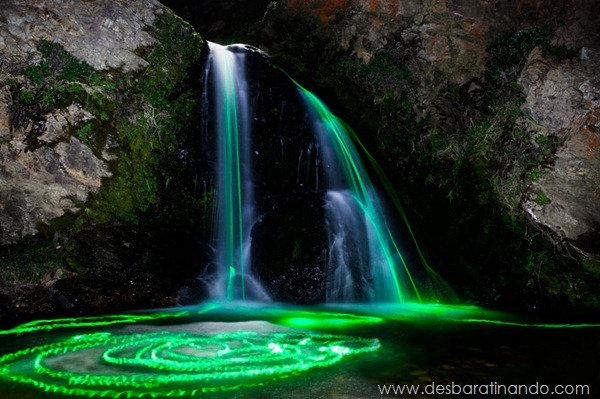 glow-sticks-dropped-into-waterfalls-lenz-abildgaard-arco-iris-luz-cachoeira-desbaratinando (4)