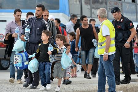 Diverse persone prima di essere imbarcate per la Sicilia