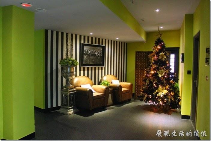 墾丁-冒煙的喬雅客商旅。客房每層樓都有兩個以上的公共休息空間。