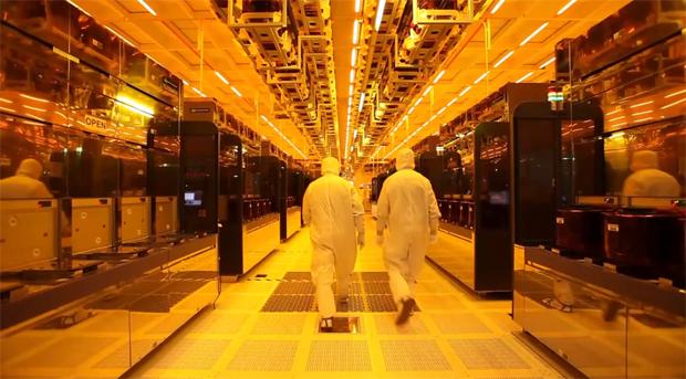 A sala é mais limpa que um hospital em 100 vezes, a fabricação de pendrives e cartões de memória mais de 1 mês