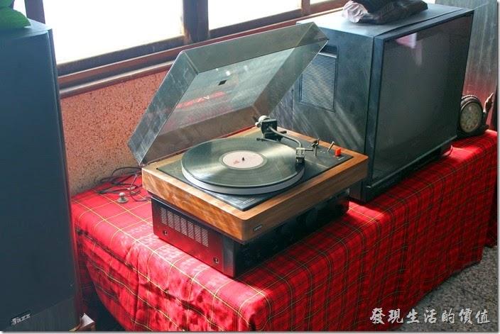 台南安平-運河路7號-創意市集 民宿。這台黑膠唱片留聲機還可以唱出蔡琴的歌聲。