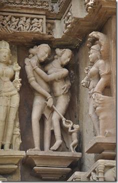 kajuraho 045 lakshmana temple couple repoussant un singe