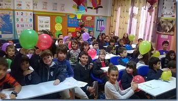 Ανταλλαγή ζωγραφιών και μπαλονιών από τους μαθητές των δύο τάξεων.