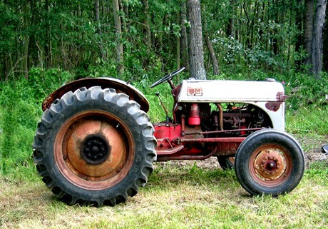 Ford_8N_tractor,_side_view