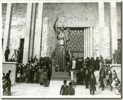 Statue de Léon Drivier sur les marches du musée permanent des Colonies
