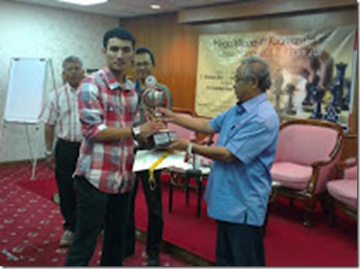 Muhd Khairul Helmi receiving his first prize from YB Dato' Hj Abdul Manan b Ismail, Paya Besar Parlimen Rep