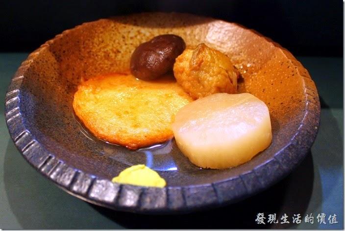 日本北九州-中洲屋台(路邊攤)。這是我自己點的關東煮,因為是宵夜,所以我只想嚐鮮而已,倒是旁邊那坨黃黃的芥末,沾了之後感覺非常對味。