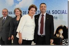 A presidente Dilma Roussef e Carlos Ferrari, presidente do Conselho Nacional de Assistência Social, durante cerimônia