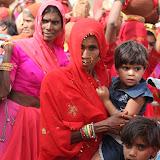Les femmes mariées portent des bijoux alors que les jeunes femmes et les veuves nen portent pas. Or = Hindou, Bouddhiste ou Jaïn, Argent = Musulmane.