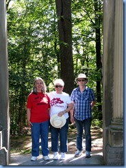 6845 Quebec - Gatineau Park - Mackenzie King Estate -Karen, Anne & Jim at the L'Arc de Triomphe