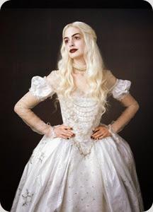 una-foto-promo-di-anne-hathaway-nel-ruolo-della-regina-bianca-per-il-film-alice-in-wonderland-158993