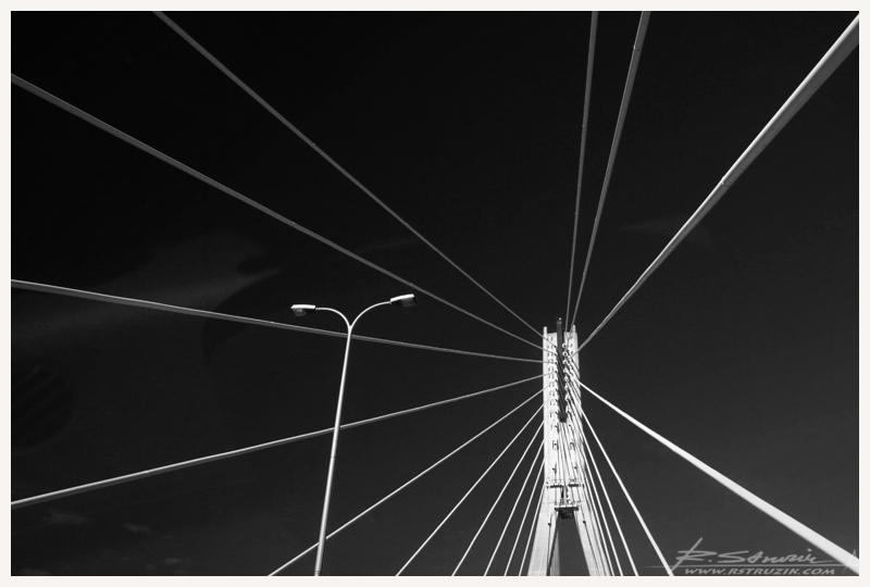 Warszawa. Most Świętokrzyski prawie dokładnie w przededniu swych dziesiątych urodzin.