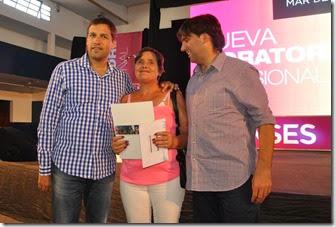 El intendente del Partido de La Costa, Juan Pablo de Jesús, y el Director Ejecutivo de la ANSeS, Diego Bossio, entregaron nuevas jubilaciones por moratoria a adultos mayores