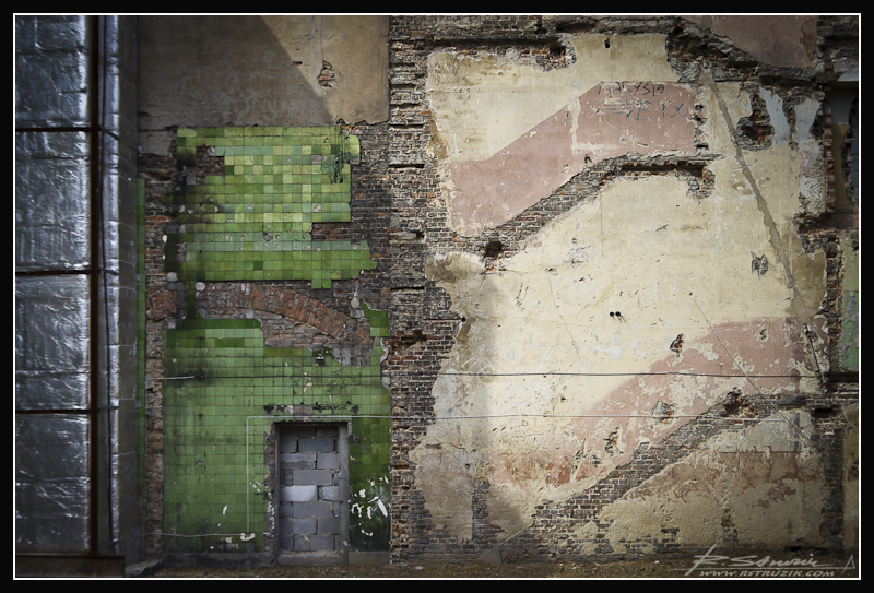 Katowice. Niczym karta, fasada budynku zapisana zgłoskami historii.