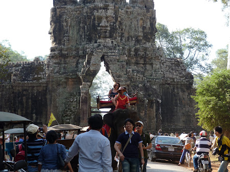 Obiective turistice Cambogia: plimbare cu elefantul Angkor Wat