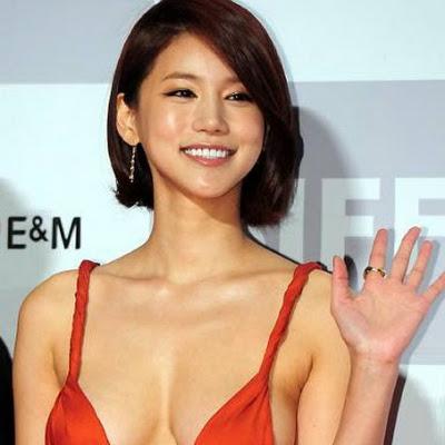 Artis Korea Oh In Hye Jadi Pusat Perhatian karena Gaun Seksinya