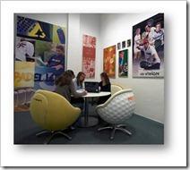 """""""esquina de notables"""", donde se exponen imágenes de los jugadores que a lo largo de su historia han sido patrocinados por las marcas, y donde algunos elementos del mobiliario, como las sillas en forma de bola"""