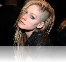 avril de cabelo raspado