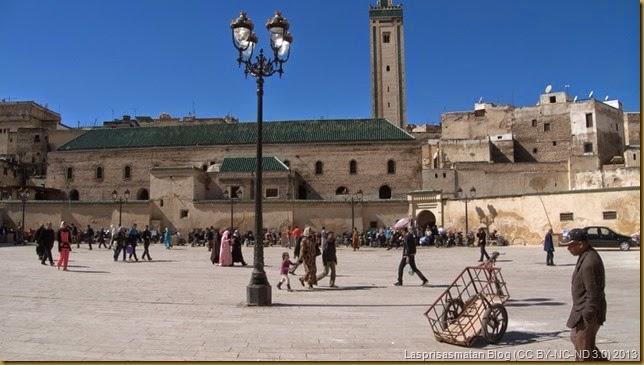 Una mezquita situada en uno de los laterales de la plaza