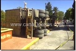 A CAUSA DEL PESO CAJA DE TRAILER CAE DE LADO CERCA DEL TALUD.mp4_000023023