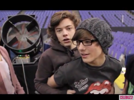 Harry-Styles-Louis-Tomlinson-One-Direction-bromance-moments-tour-Youtube-580x435