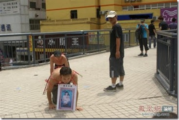 shenzhen-china-man-searches-for-wife-begging-on-knees-05-560x374