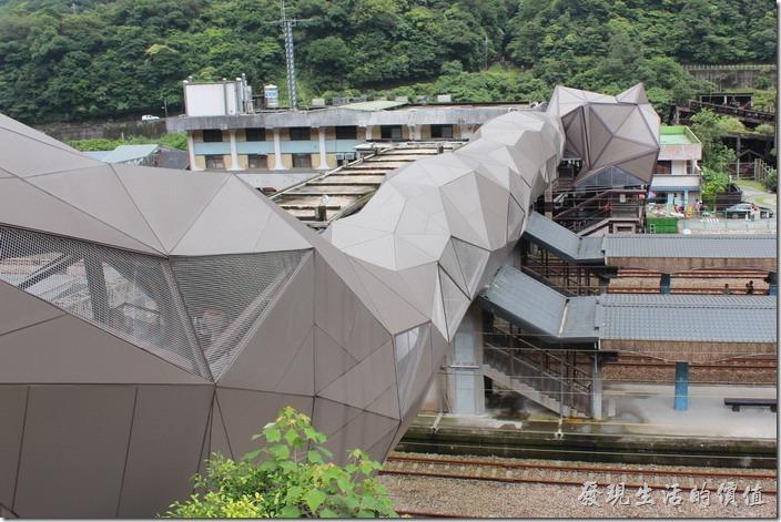 侯硐,走過「貓」造型的人行天橋從山城這邊可以俯瞰整個貓天橋的全景。貓天橋其實是一座溝通跨越火車鐵軌的人行天橋。