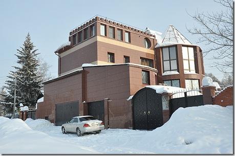 До задержания Руднев жил со своими наложницами в этом коттедже. Сейчас он на замке, кому принадлежит - неизвестно