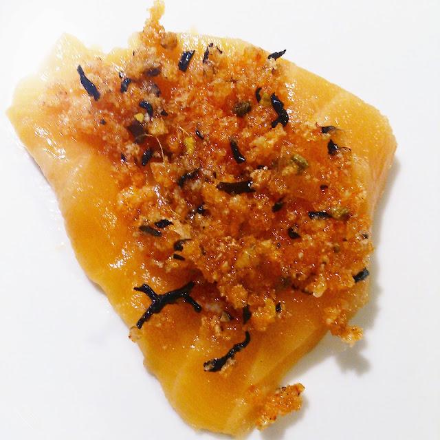 Carpaccio de saumon cru en croûte d'épices et thé