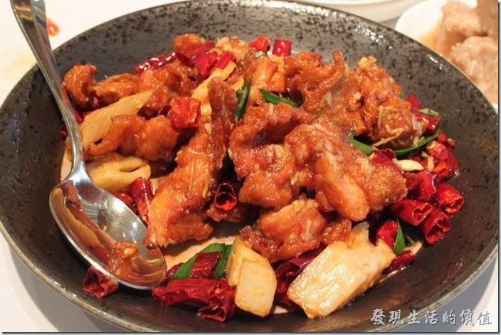 台南-1010湘。辣子尋雞丁NT$280。推薦這道菜。一端上來就有一股椒麻味飄過來,不過裡頭卻找不到花椒,原來這是用花椒下去榨油然後撈起再拿來炸雞丁,這也是一道超下飯的菜色,感覺頗像我在台北南港的雲泰來吃到的椒麻雞,雞皮炸到爽脆的程度,內裡的雞肉還是非常的軟嫩,讓人不覺一口接一口。