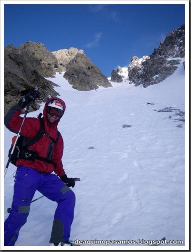 Canal Central SO 200m 50º con esquis (Pico de la Montañeta 2552m, Benasque, Pirineos) (Isra) 3381
