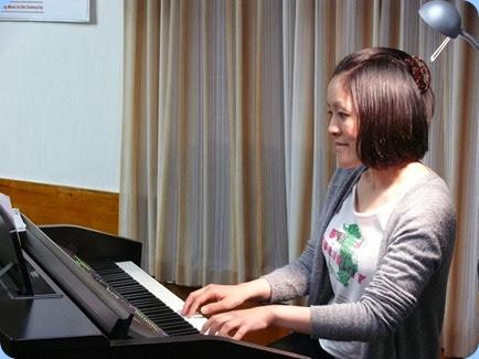 Kuniko Nakatani playing the Yamaha Clavinova CVP-509 as a straight grand piano. Photo courtesy of Dennis Lyons.
