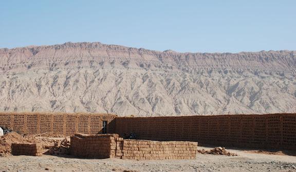 Route de Turfan - montagnes et séchoirs