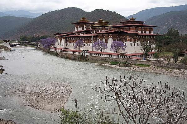 ghe-bhutan-tham-tu-vien-co-xua-huyen-bi (10)